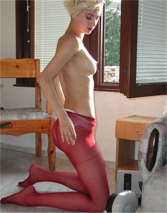 Blondes Amateurgirl in roter Strumpfhose
